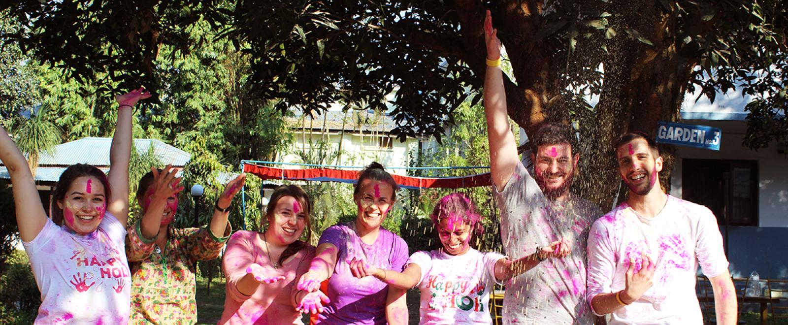 Voluntarios celebrando un festival en Nepal.